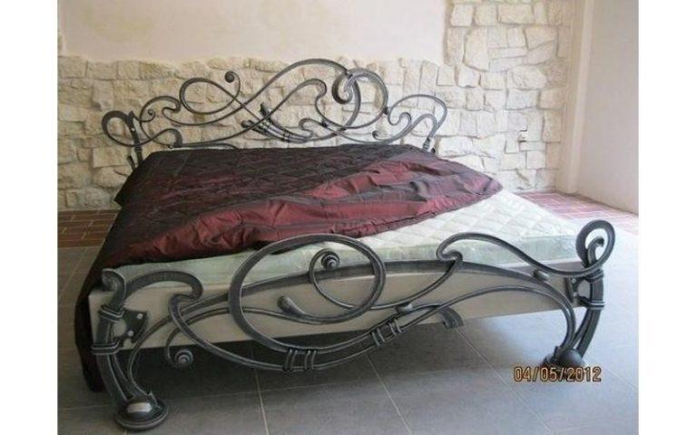 Кровать со стеклянными вставками